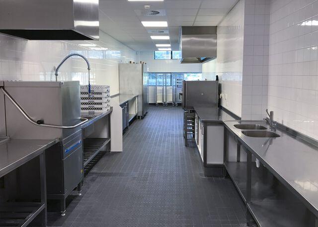 Bedrijfskeuken met spoelstraat